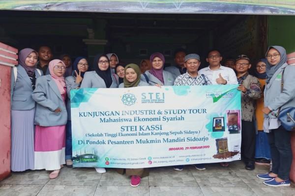 MAHASISWA  EKONOMI SYARIAH ADAKAN KUNJUNGAN INDUSTRI DAN STUDY TOUR